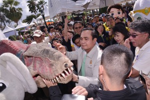 Prayut greets long-lost relative
